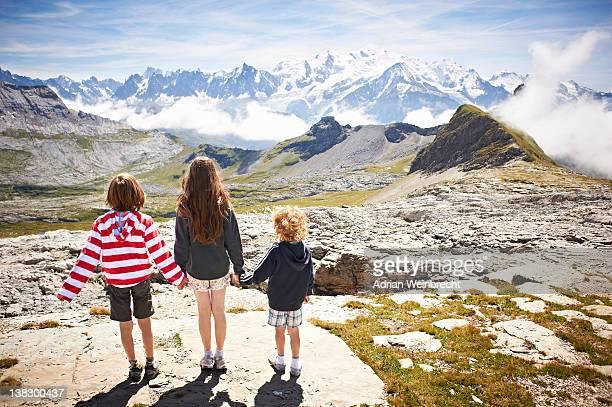 Kinder stehen in rocky landscape