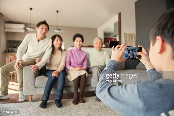 子供たちの家族写真、スマートフォン