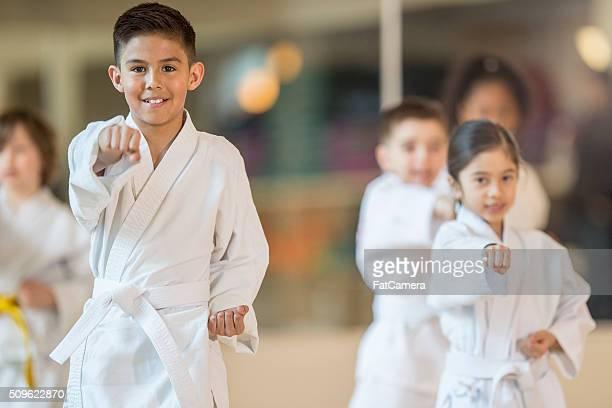 Niños tomar una clase de Jujitsu