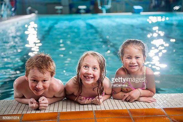 Kinder nehmen Sie Schwimmunterricht