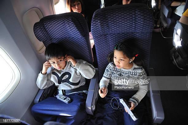 Enfants voyageant en avion