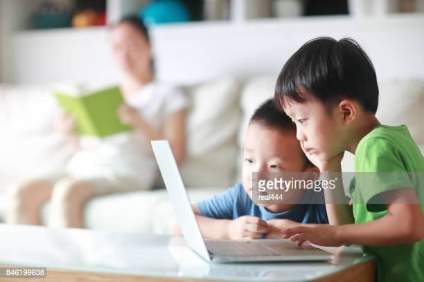 Kinderen met behulp van laptop