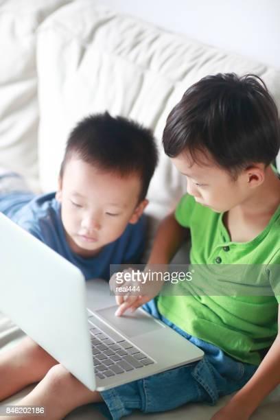 子供たちがラップトップを使用して