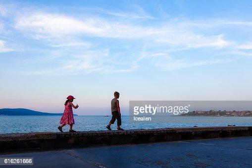 Children walk along the promenade : Foto de stock