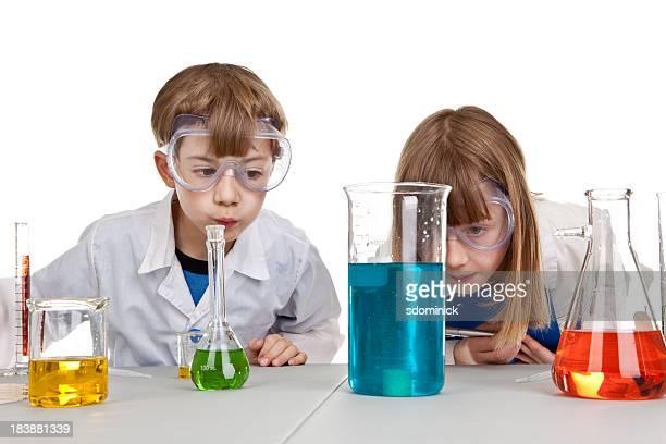 Kinder beobachten Chemie-Experiment