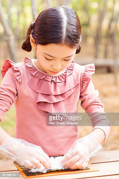 Children who have a lesson to make food in the forest