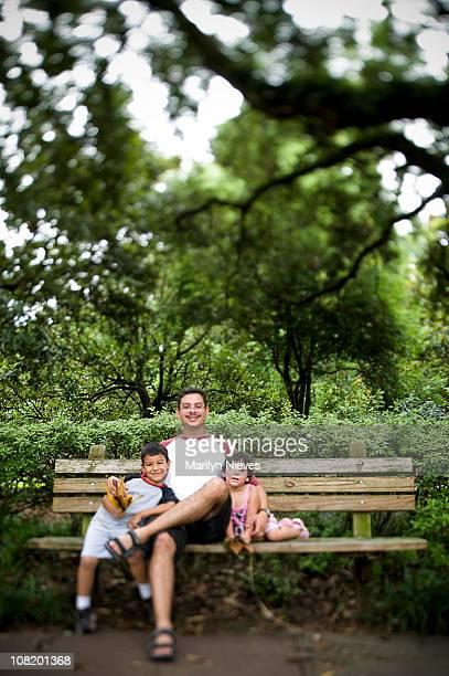 Enfants et le père dans le parc à l'extérieur