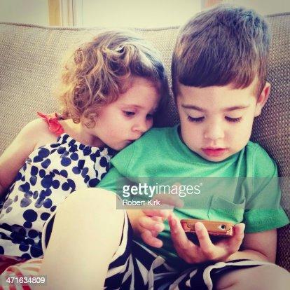 Enfants avec un téléphone portable