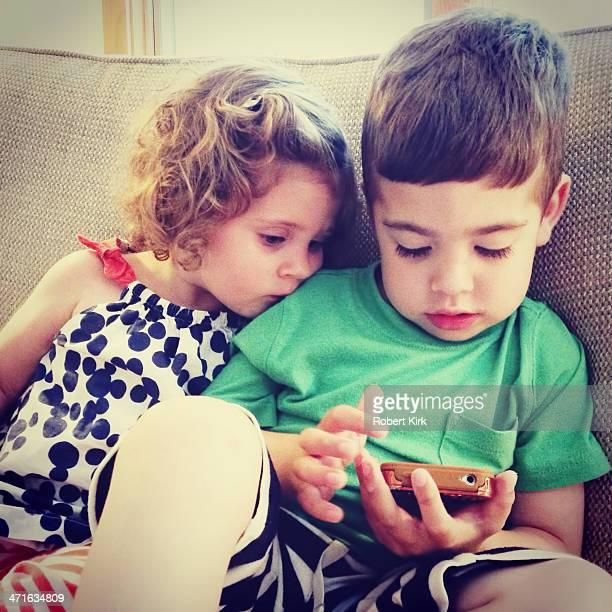 Los niños con teléfono móvil