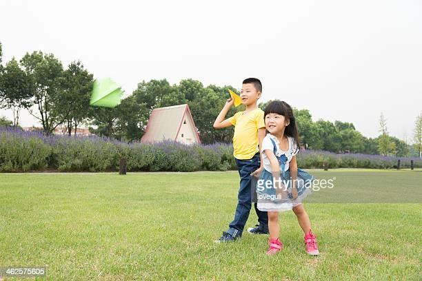 Enfants avec l'Avion en papier