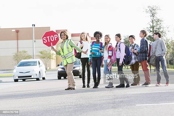 Bambini con la scuola Addetto al traffico davanti alle scuole