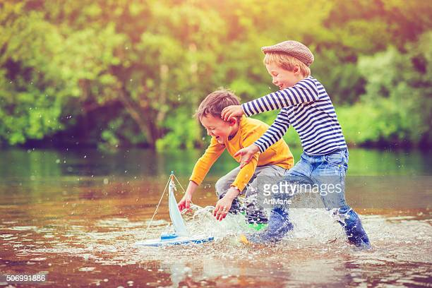Crianças com brinquedo navio