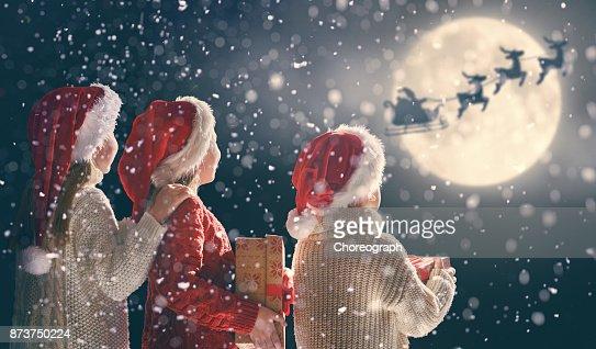 niños con regalos de Navidad : Foto de stock