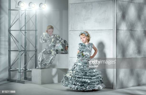 Kinder Modenschau der Folie Kostüme