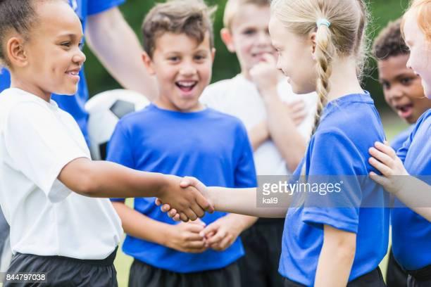 Kinder Fußball-Team, Mädchen, Hände schütteln