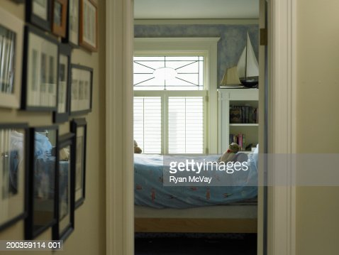 Child's bedroom, view from hallway : Foto de stock
