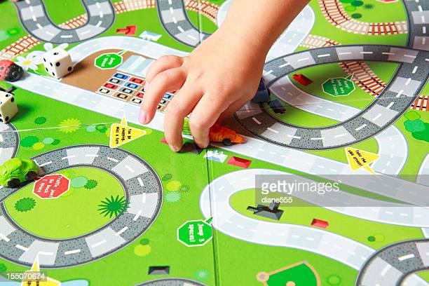 Main de l'Enfant jouant à un jeu de société