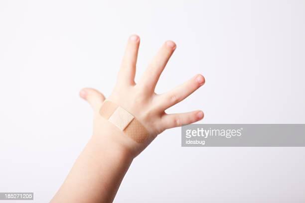 Enfant avec bande appliquée à la main, isolé sur blanc