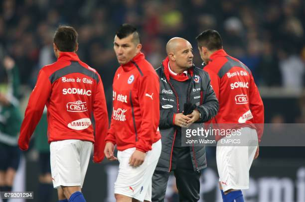 Chile head coach Jorge Sampaoli with his players