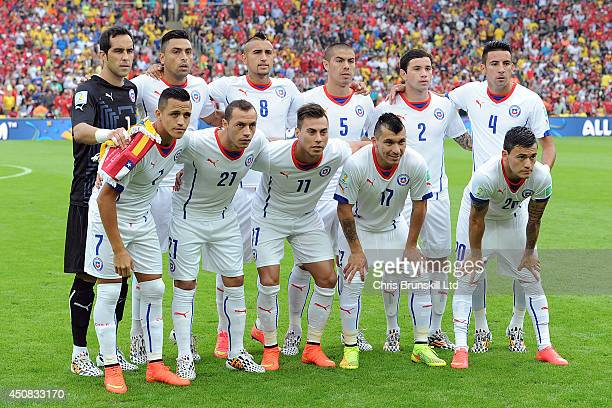 Chile poses for a team photograph during the 2014 FIFA World Cup Brazil Group B match between Spain and Chile at Maracana Stadium on June 18 2014 in...