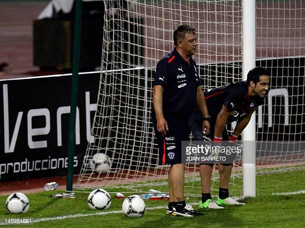 Chilean football team coach Claudio Borghi speaks with goalkeeper Claudio Bravo during a training session at the Jose Antonio Anziategui stadium in...