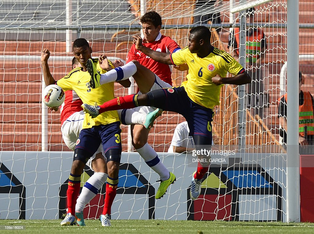 Chilean midfielder Andres Caroca vies for the ball with Colombian defender Delvy Balanta (L) and midfielder Jose Leudo during their Group A South American U-20 tournament football match at Malvinas Argentinas stadium in Mendoza, Argentina, on January 13, 2013. Four South American teams will qualify for the FIFA U-20 World Cup Turkey 2013. AFP PHOTO/DANIEL GARCIA