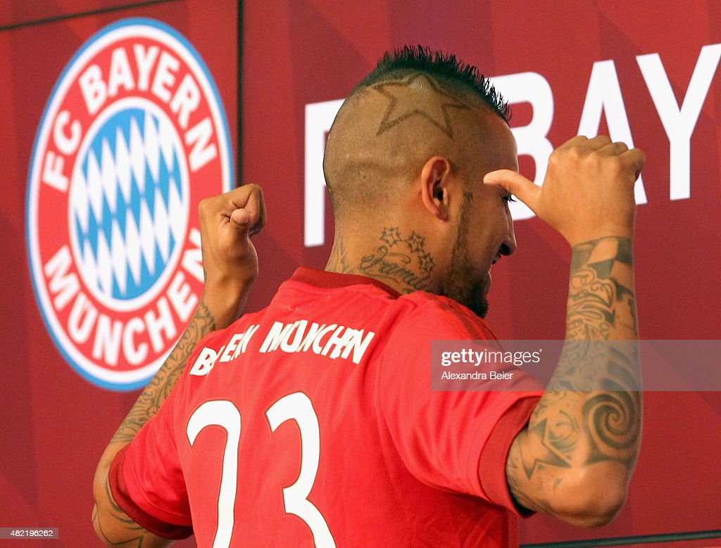 Chilean midfielder <a gi-track='captionPersonalityLinkClicked' href=/galleries/search?phrase=Arturo+Vidal&family=editorial&specificpeople=2223374 ng-click='$event.stopPropagation()'>Arturo Vidal</a> gives a thumb up as he wears his new jersey during a news conference on July 28, 2015 in Munich, Germany. Fc Bayern Muenchen announced the signing of Vidal's contracton Tuesday.