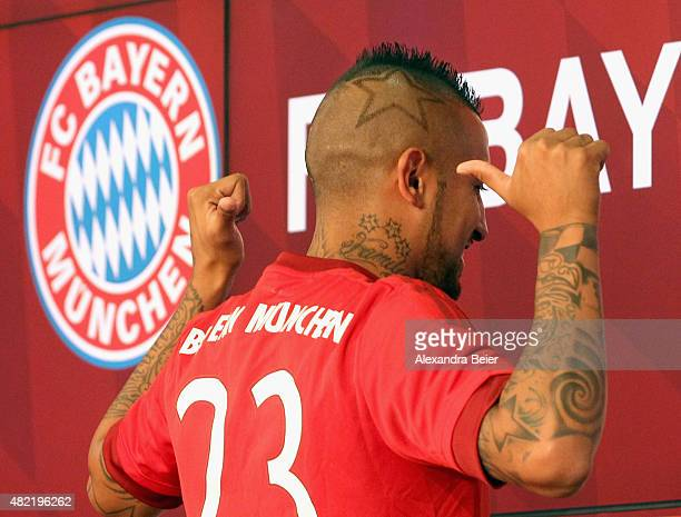 Chilean midfielder Arturo Vidal gives a thumb up as he wears his new jersey during a news conference on July 28 2015 in Munich Germany Fc Bayern...