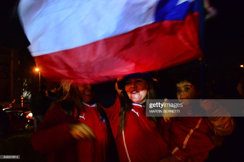 Chileans celebrate victory in the final match of the Copa America Centenario USA 2016 between Chile and Argentina, in Santiago, Chile, June 26, 2016. Holders Chile stunned Argentina to win the Copa America Centenario in a penalty shoot-out as Lionel Messi's title curse struck again. It was a carbon copy of last year's Copa America final, also won by Chile on penalties after a goalless draw. / AFP / MARTIN