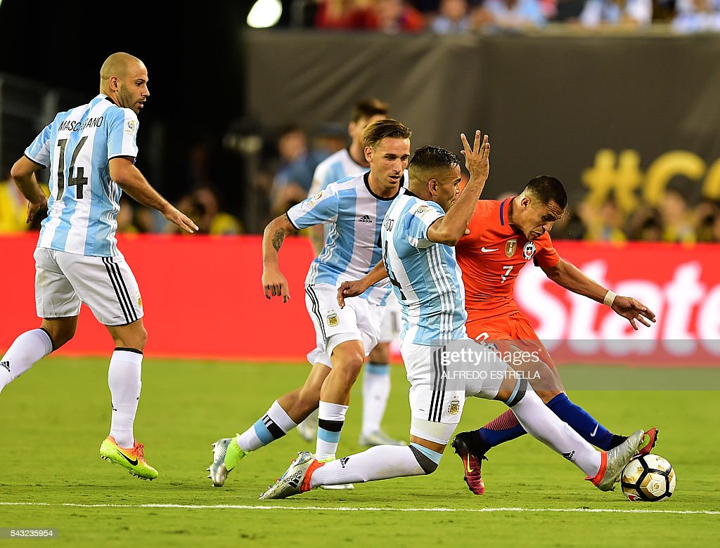 Chile's Alexis Sanchez (R) and Argentina's Gabriel Mercado (2-R) vies for the ball during the Copa America Centenario final in East Rutherford, New Jersey, United States, on June 26, 2016. / AFP / Alfredo ESTRELLA