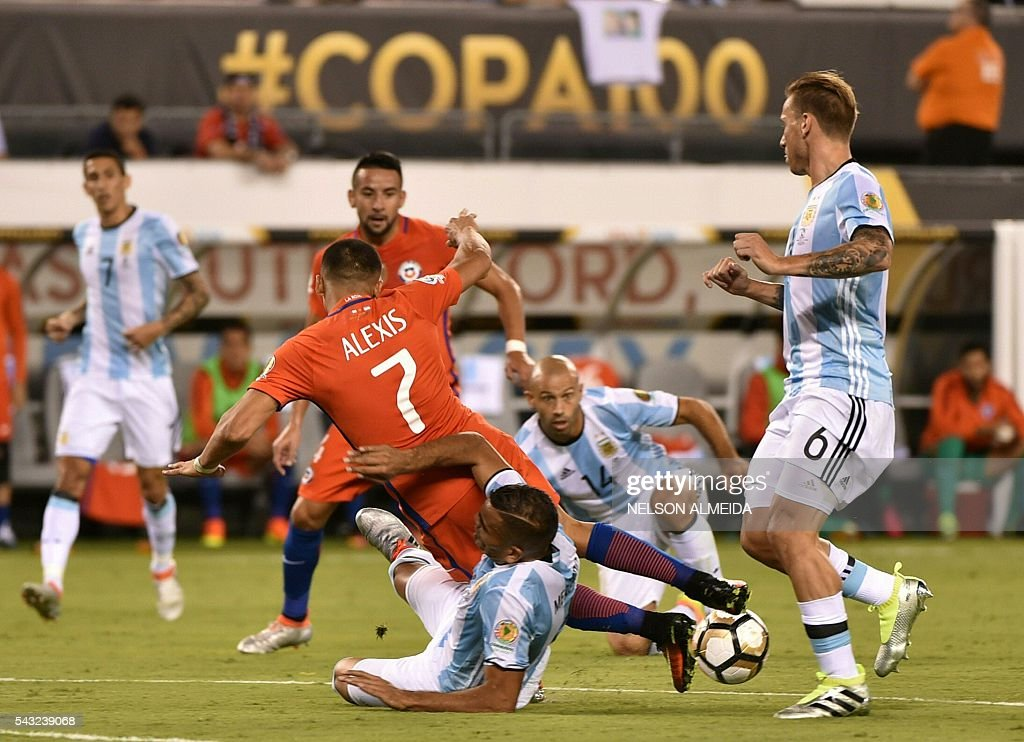 Chile's Alexis Sanchez (top) and Argentina's Gabriel Mercado vies for the ball next to Argentina's Lucas Biglia (R) during the Copa America Centenario final in East Rutherford, New Jersey, United States, on June 26, 2016. / AFP / NELSON