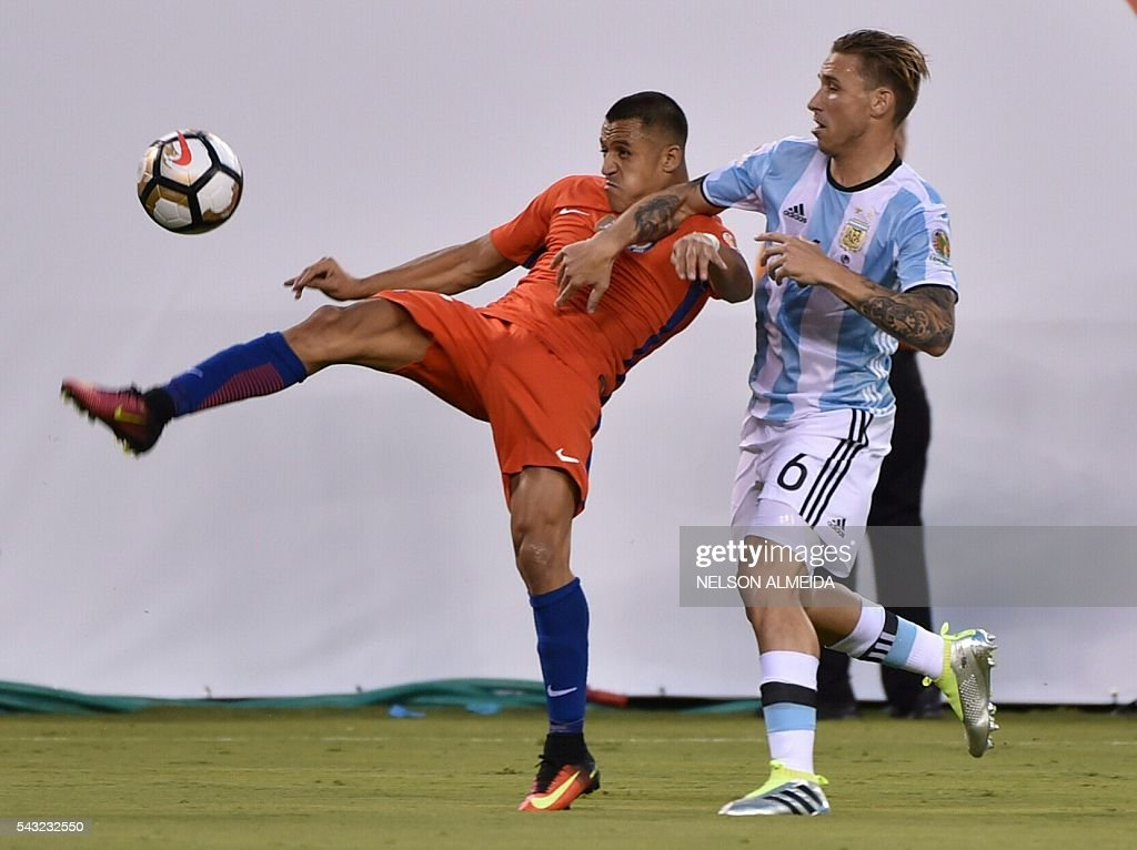 Chile's Alexis Sanchez (L) and Argentina's Lucas Biglia vie for the ball during the Copa America Centenario final in East Rutherford, New Jersey, United States, on June 26, 2016. / AFP / NELSON