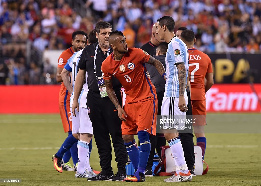 Chile's Arturo Vidal (C) argues with Argentina's Angel Di Maria (R) during the Copa America Centenario final in East Rutherford, New Jersey, United States, on June 26, 2016. / AFP / Nicholas KAMM