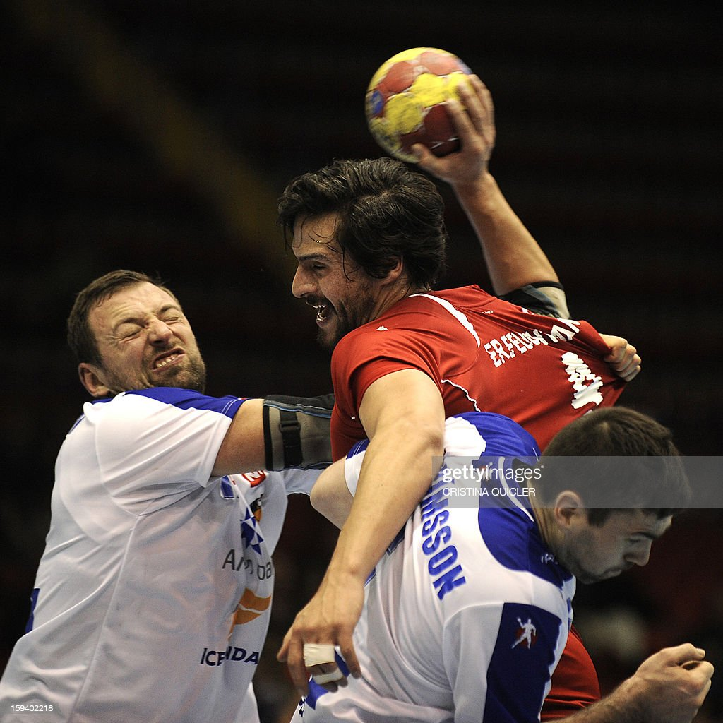 Chile's back Erwim Jan Feuchtmann (Top) vies with Iceland's back Stefan Rafn Sigurmannsson (R) during the 23rd Men's Handball World Championships preliminary round Group B match Chile vs Iceland at the Palacio de Deportes San Pablo in Sevilla on January 13, 2013. AFP PHOTO/ CRISTINA QUICLER