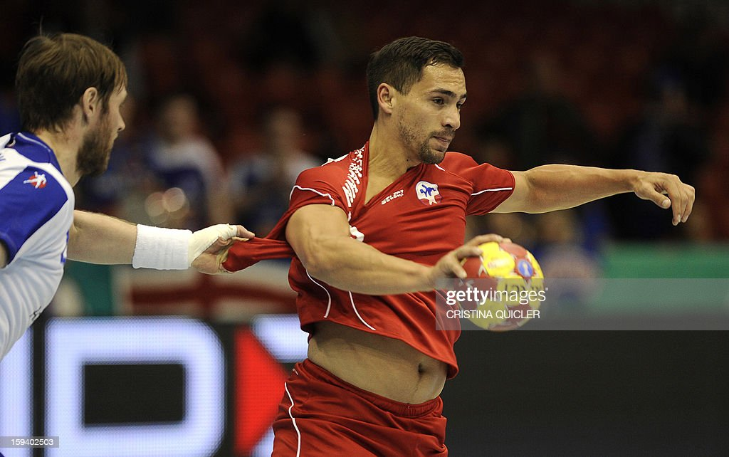 Chile's centreback Emil Ludwig Feuchtmann (R) vies with Iceland's back Vignir Svavarsson (L) during the 23rd Men's Handball World Championships preliminary round Group B match Chile vs Iceland at the Palacio de Deportes San Pablo in Sevilla on January 13, 2013.