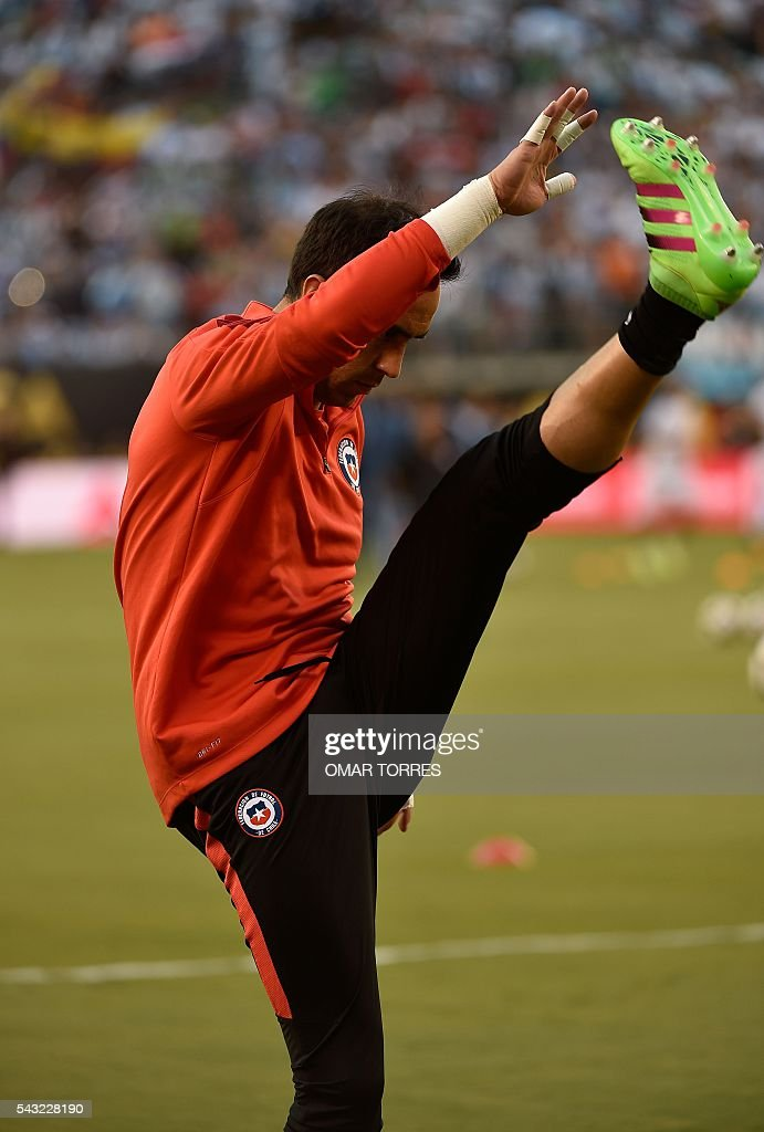 Chile's Claudio Bravo warms up before the start of the Copa America Centenario final against Argentina in East Rutherford, New Jersey, United States, on June 26, 2016. / AFP / Omar Torres