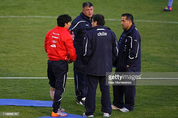 Chile's coach Claudio Borghi talks with to his players during a trainning session during the Copa America 2011 on July 11 2011 in Mendoza Argentina