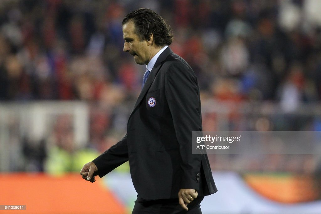Chile's coach Juan Antonio Pizzi leaves the field after losing to Paraguay 3-0 during their 2018 World Cup football qualifier match, in Santiago, on August 31, 2017. / AFP PHOTO / Claudio Reyes