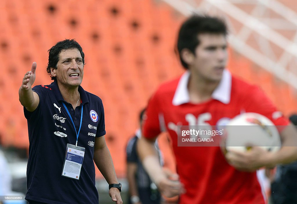 Chile's coach Mario Salas gives instructions to his players during their South American U-20 final round football match against Uruguay at Malvinas Argentinas stadium in Mendoza, Argentina, on January 27, 2013. Four South American teams will qualify for the FIFA U-20 World Cup Turkey 2013.