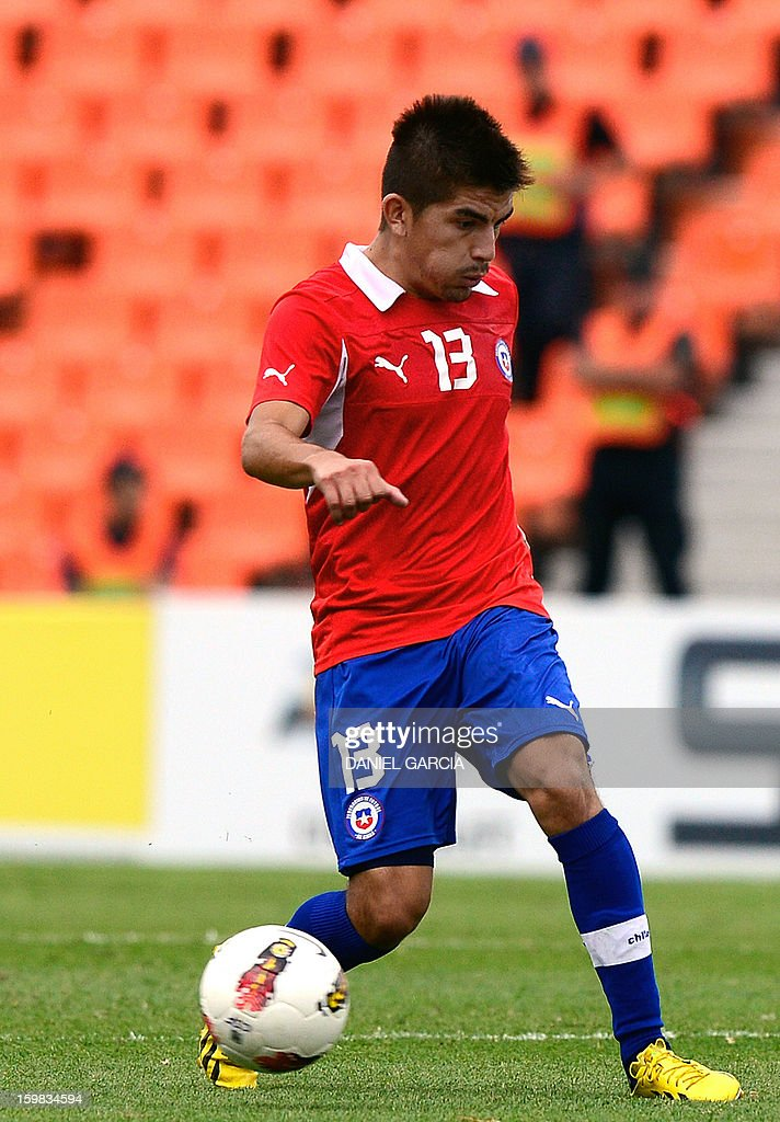 Chile's defender Manuel Bravo controls the ball during their South American U-20 final round football match against Paraguay at Malvinas Argentinas stadium in Mendoza, Argentina, on January 20, 2013. Four teams will qualify for the FIFA U-20 World Cup Turkey 2013. AFP PHOTO / DANIEL GARCIA