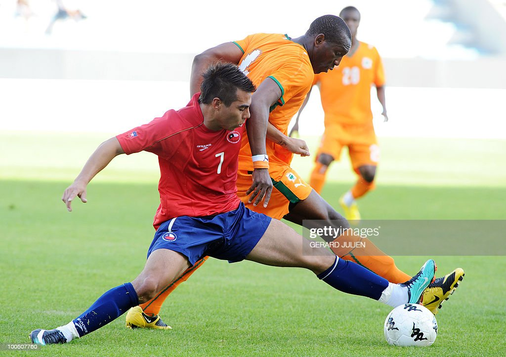 Chile's Eduardo Vargas (L) vies with Ivory Coast's Johnson Soumahoro (R) during their Under 21 International Tournament football match Chile versus Ivory Coast on May 25, 2010 at the Mayol stadium in Toulon, southern France. This is the 38th edition of the event.