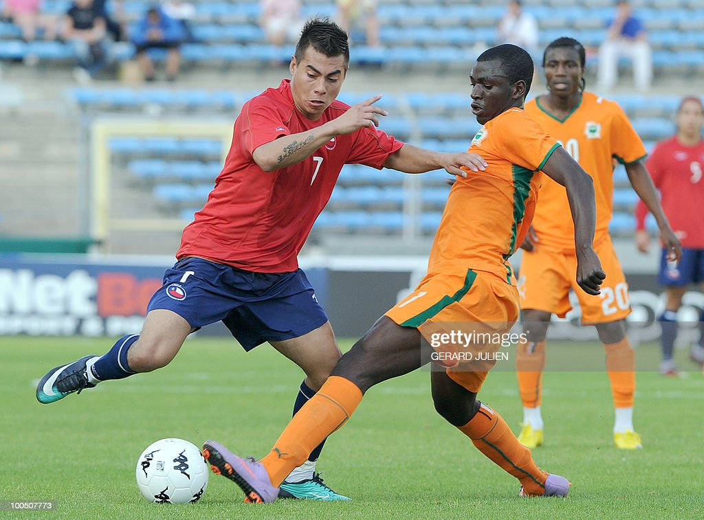 Chile's Eduardo Vargas (L) vies with Ivory Coast's Moussa Kone (R) during their semi-final of the Under 21 International Tournament football match Chile versus Ivory Coast on May 25, 2010 at the Mayol stadium in Toulon, southern France. This is the 38th edition of the event.