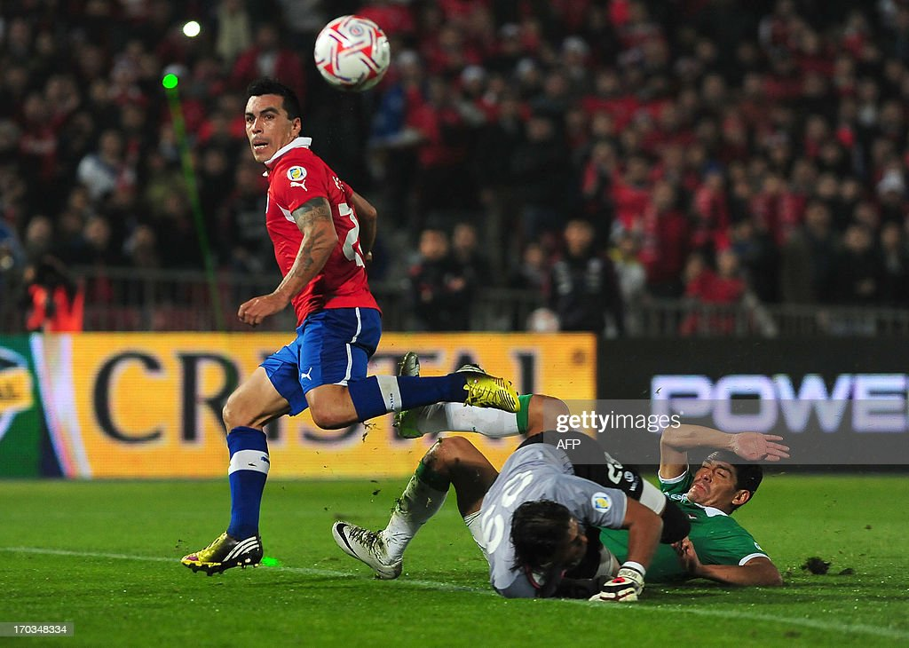 Chile's Esteba Paredes (L) tries to score against Bolivia's goalie Sergio Dalaraza during their FIFA World Cup Brazil 2014 South American qualifier football match at Nacional stadium in Santiago, Chile,on June 11, 2013.