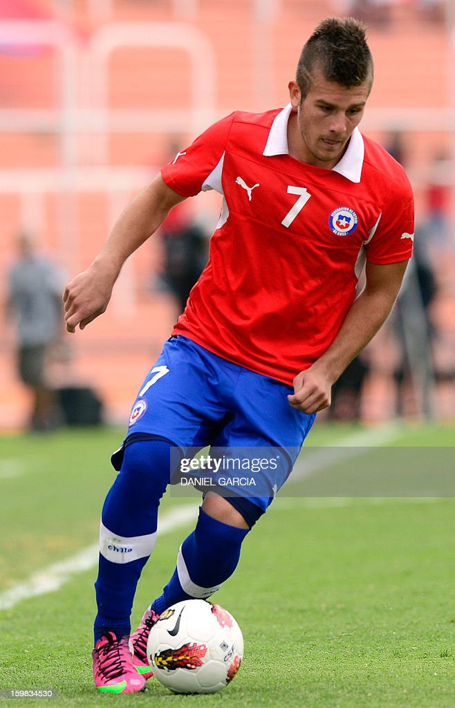 Chile's forward Diego Rubio controls the ball during their South American U-20 final round football match against Paraguay at Malvinas Argentinas stadium in Mendoza, Argentina, on January 20, 2013. Four teams will qualify for the FIFA U-20 World Cup Turkey 2013.