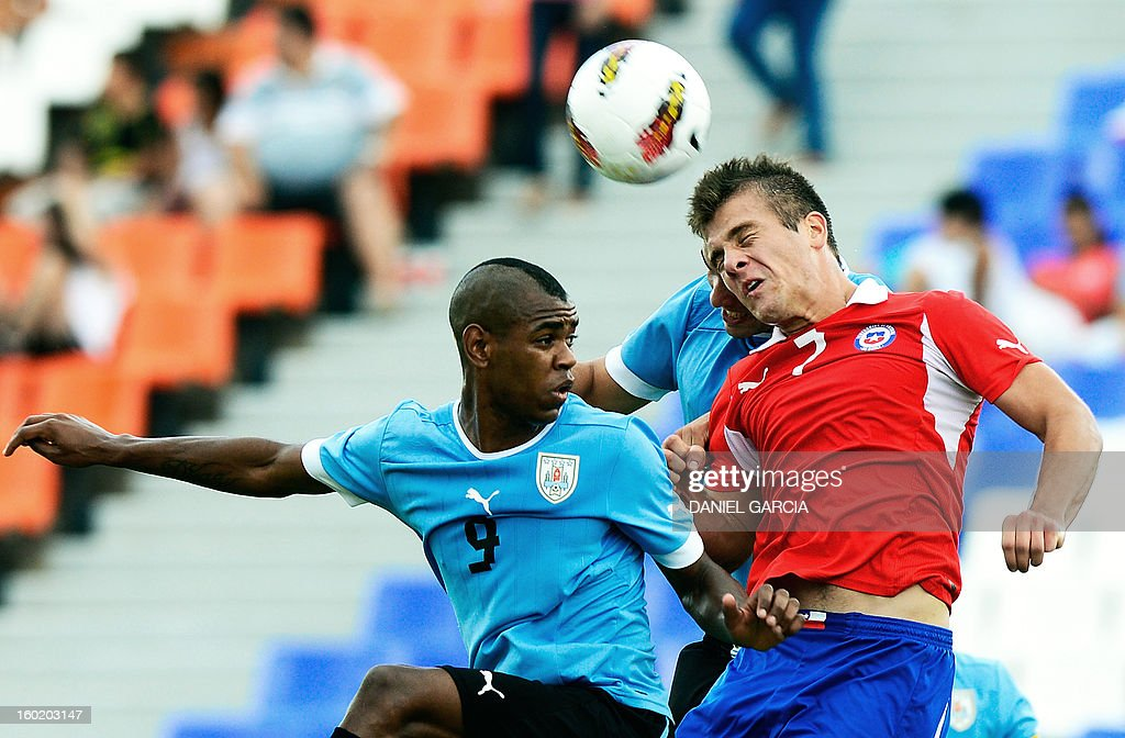 Chile's forward Diego Rubio (R) vies for the ball with Uruguay's defender Fabricio Formiliano and forward Diego Rolan (L) during their South American U-20 final round football match at Malvinas Argentinas stadium in Mendoza, Argentina, on January 27, 2013. Four South American teams will qualify for the FIFA U-20 World Cup Turkey 2013. AFP PHOTO / DANIEL GARCIA