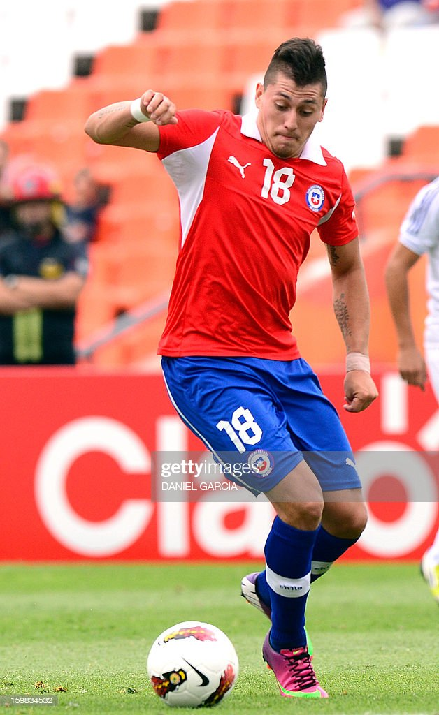 Chile's forward Nicolas Castillo controls the ball during their South American U-20 final round football match against Paraguay at Malvinas Argentinas stadium in Mendoza, Argentina, on January 20, 2013. Four teams will qualify for the FIFA U-20 World Cup Turkey 2013. AFP PHOTO / DANIEL GARCIA