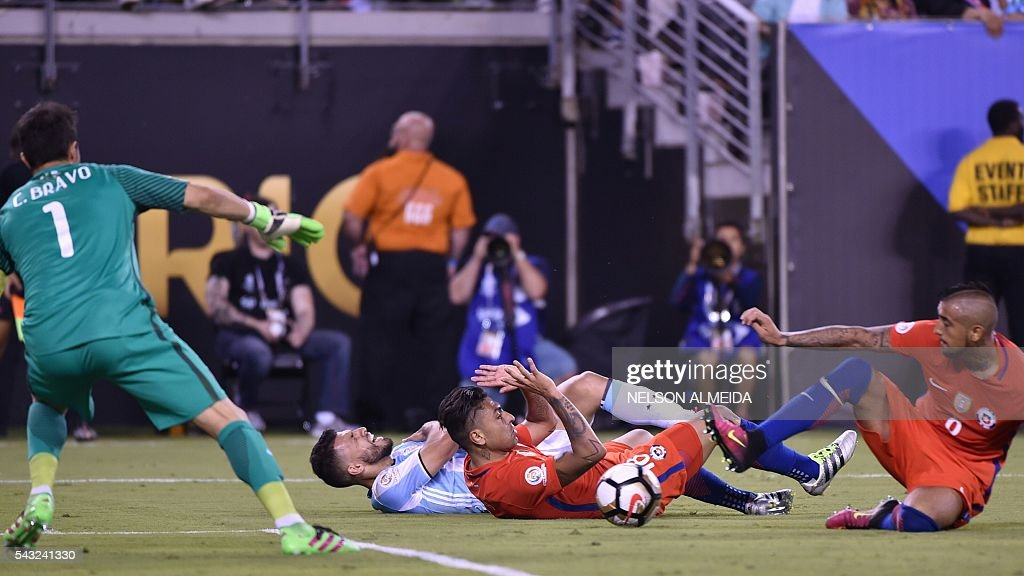 Chile's goalie Claudio Bravo, Argentina's Sergio Aguero, Chile's Gonzalo Jara and Chile's Arturo Vidal vie for the ball during the Copa America Centenario final in East Rutherford, New Jersey, United States, on June 26, 2016. / AFP / NELSON