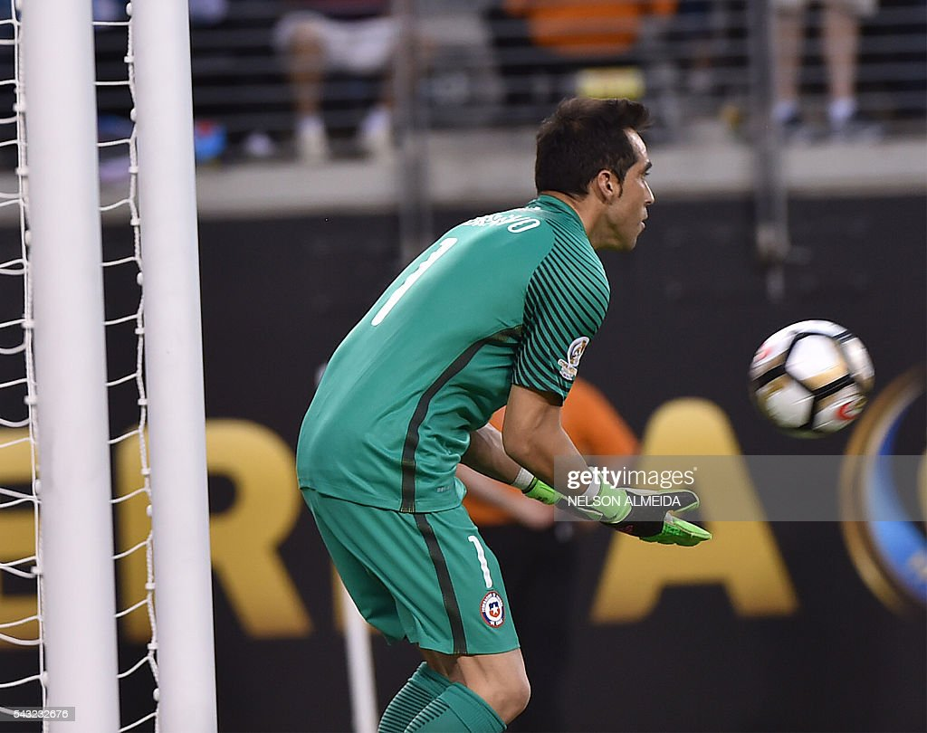 Chile's goalie Claudio Bravo catches the ball during the Copa America Centenario final against Argentina in East Rutherford, New Jersey, United States, on June 26, 2016. / AFP / NELSON