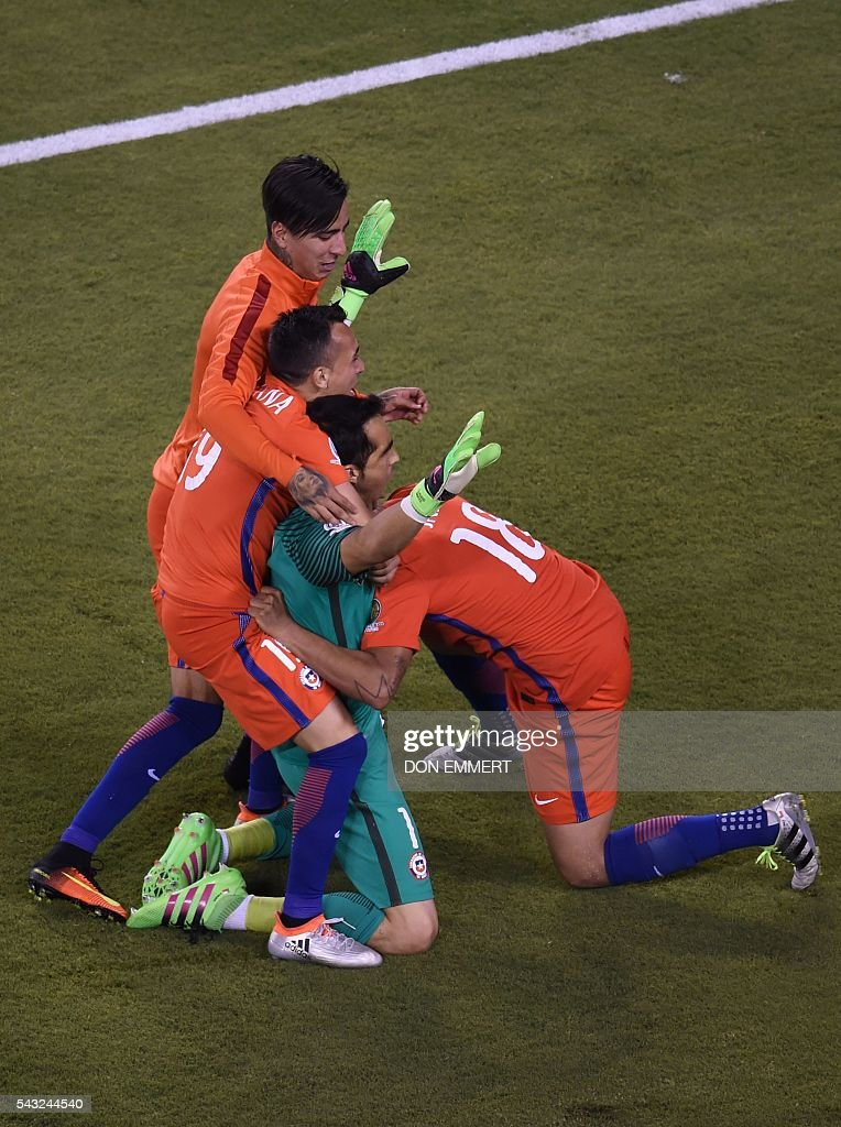 Chile's goalie Claudio Bravo (2-R) celebrates with teammates after defeating Argentina and winning the Copa America Centenario final in East Rutherford, New Jersey, United States, on June 26, 2016. After extra-time, Chile win penalty shoot-out 4-2. / AFP / Don EMMERT