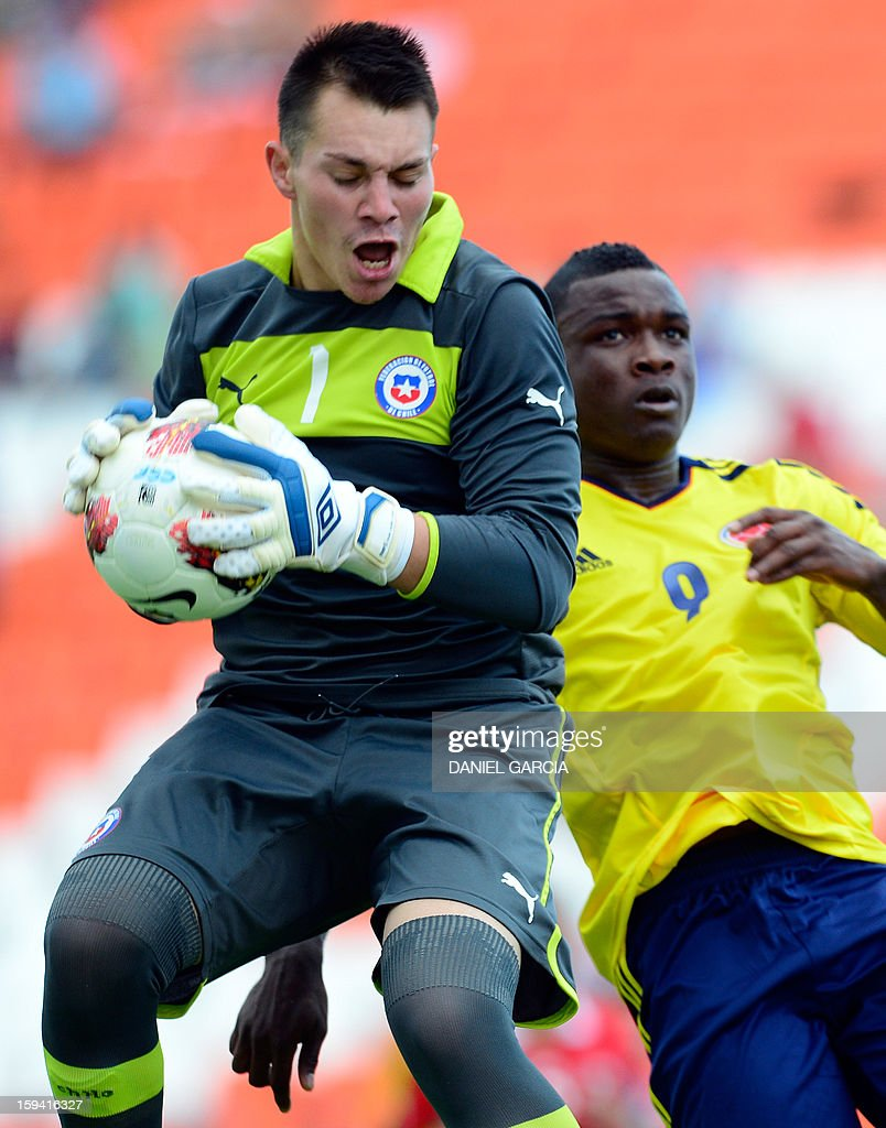 Chile's goalkeeper Dario Melo grabs the ball in front of Colombia's forward Jhon Cordoba during their Group A South American U-20 tournament football match at Malvinas Argentinas stadium in Mendoza, Argentina, on January 13, 2013. Four South American teams will qualify for the FIFA U-20 World Cup Turkey 2013. AFP PHOTO / DANIEL GARCIA